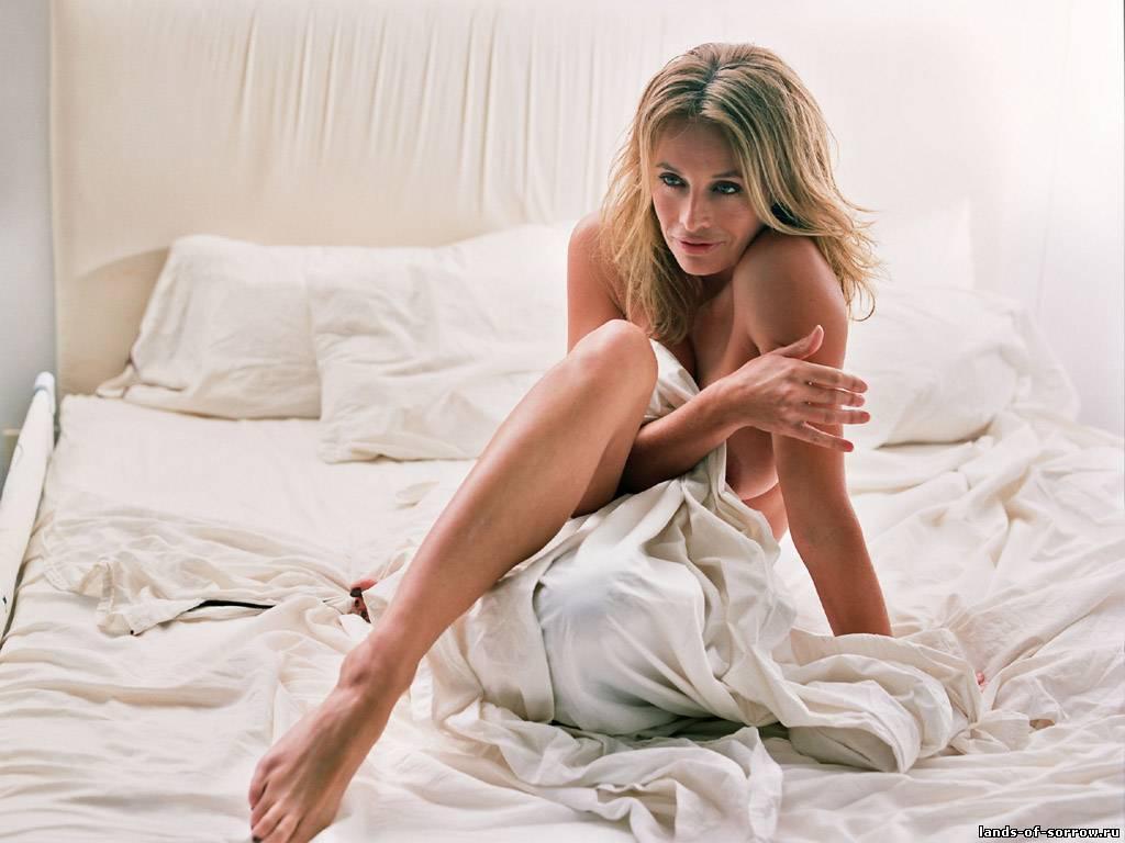 Блондинка из фильма Секс в большом городе лежит на белой кровати