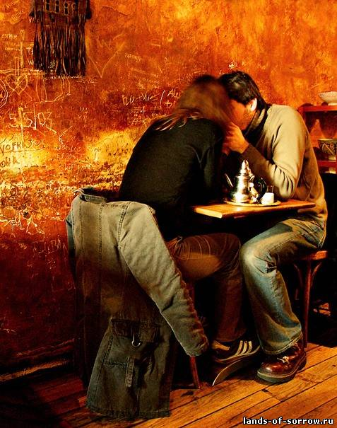 Водопад Гармония и совершенство. Мужчина, женщина и столик на двоих